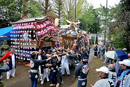記念渡御に相応しく並べられた山車の前を進む神輿