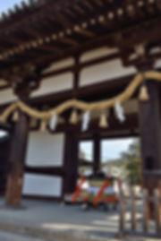 東大寺転害門に安置された宇佐宮神輿。