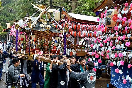 山車の前を担がれる中原日枝の神輿
