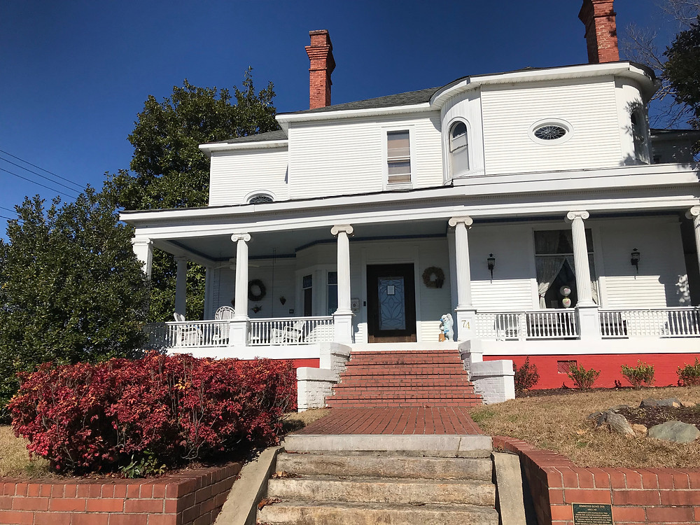 Front view of the Simmons-Bond House