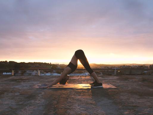 Como o Yoga pode auxiliar no tratamento de problemas específicos de saúde física e emocional