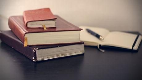 机の上の本