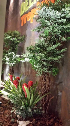 jardim horizontal árvore veneza, bromélias, folhas verdes variadas, caminho pedra mármore branca...