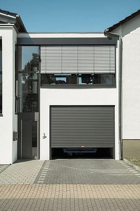 ROMAn alumiiniset autotallinovet ovat motorisoituja ja yksilöitäviä makusi mukaan! Asennus ja huolto on mutkatonta. Huoletonta!