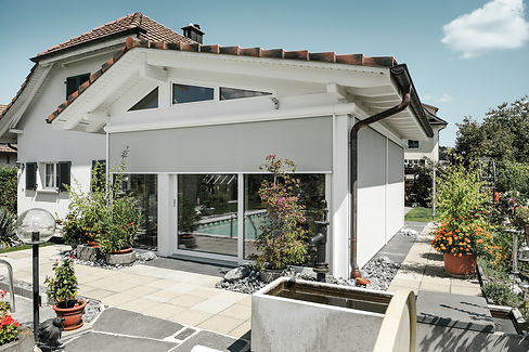 zipSCREEN sopii ikkunoihin, julkisivuihin ja terasseille tarjoten aurinkosuojaa ollen samalla tyylikäs