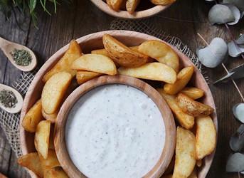 Patatas Deluxe con salsa blanca