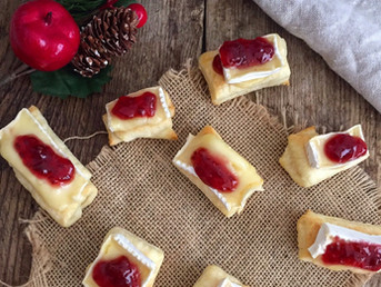 Bocaditos de hojaldre, queso Brie y salsa de arándanos