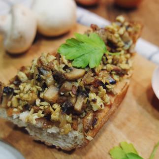 Tostada de revuelto de champiñones, huevo y ajos tiernos