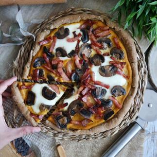 Pizza proteica con puré de calabaza, beicon, mozzarella y champiñones