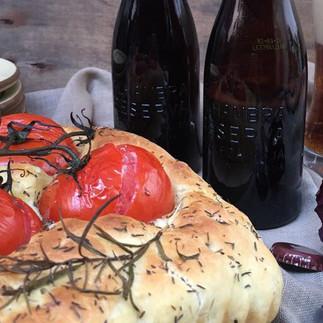 Focaccia Mozzarella y Tomate con Alhambra Reserva Roja