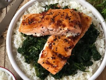 Salmón con arroz, espinacas y salsa asiática