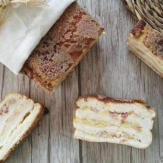 Plum Cake de manzana, cebolla, queso y bacon