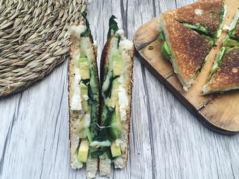 Sándwich de espinacas, aguacate y queso