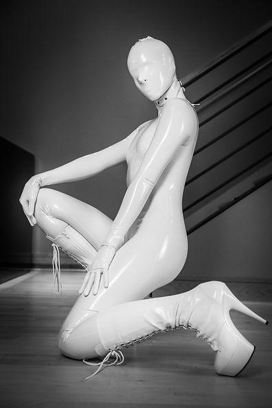 girl-in-white-latex-catsuit-12.xl.jpg