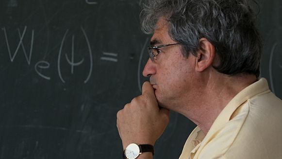Carlo Rovelli in una scena di Grand'Italia, film documentario per la regia di Simone Aleandri