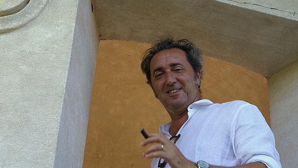 Paolo Sorrentino in una scena di Grand'Italia, film documentario per la regia di Simone Aleandri