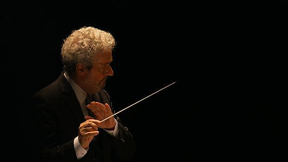 Nicola Piovani in una scena di Grand'Italia, film documentario per la regia di Simone Aleandri