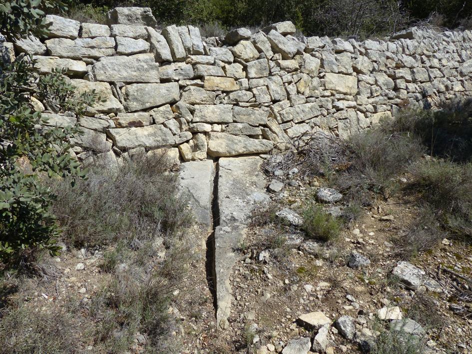Saignée d'écoulement creusée dans la roche