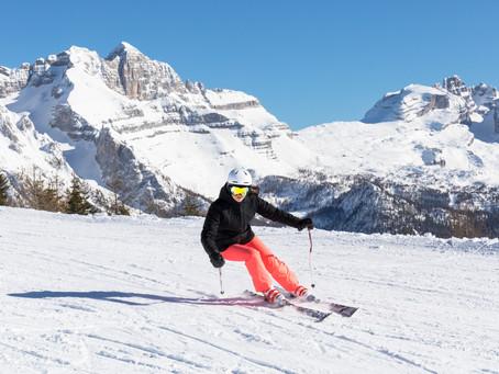 Sciare (senza pensieri) in era Covid. Il consorzio Skirama lancia la campagna anti-assembramenti