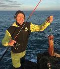 Moniteur guide de pêche sur Saint Malo, je vous propose de vous initier à la pêche du bord. Prise d'un encornet en pêchant au jig depuis les cailloux