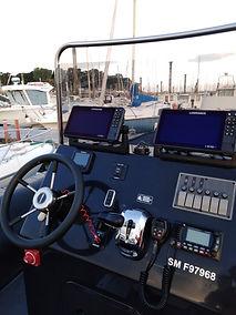 Gonzague Simon, moniteur guide de pêche sur saint malo a fait une photo de son électronique avant une sortie guidage