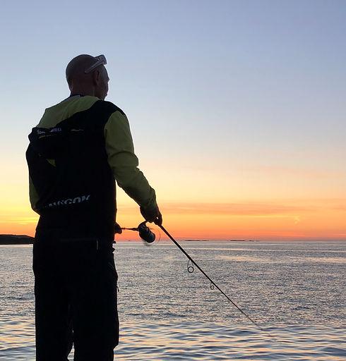 pêche du bar aux leurres du bord, sur Saint Malo. Gonzague Simon, moniteur guide de pêche sur Saint Malo vous propose de vous initier à la pêche du bord. Bars, maquereaux aux leurres ou aux jigs.