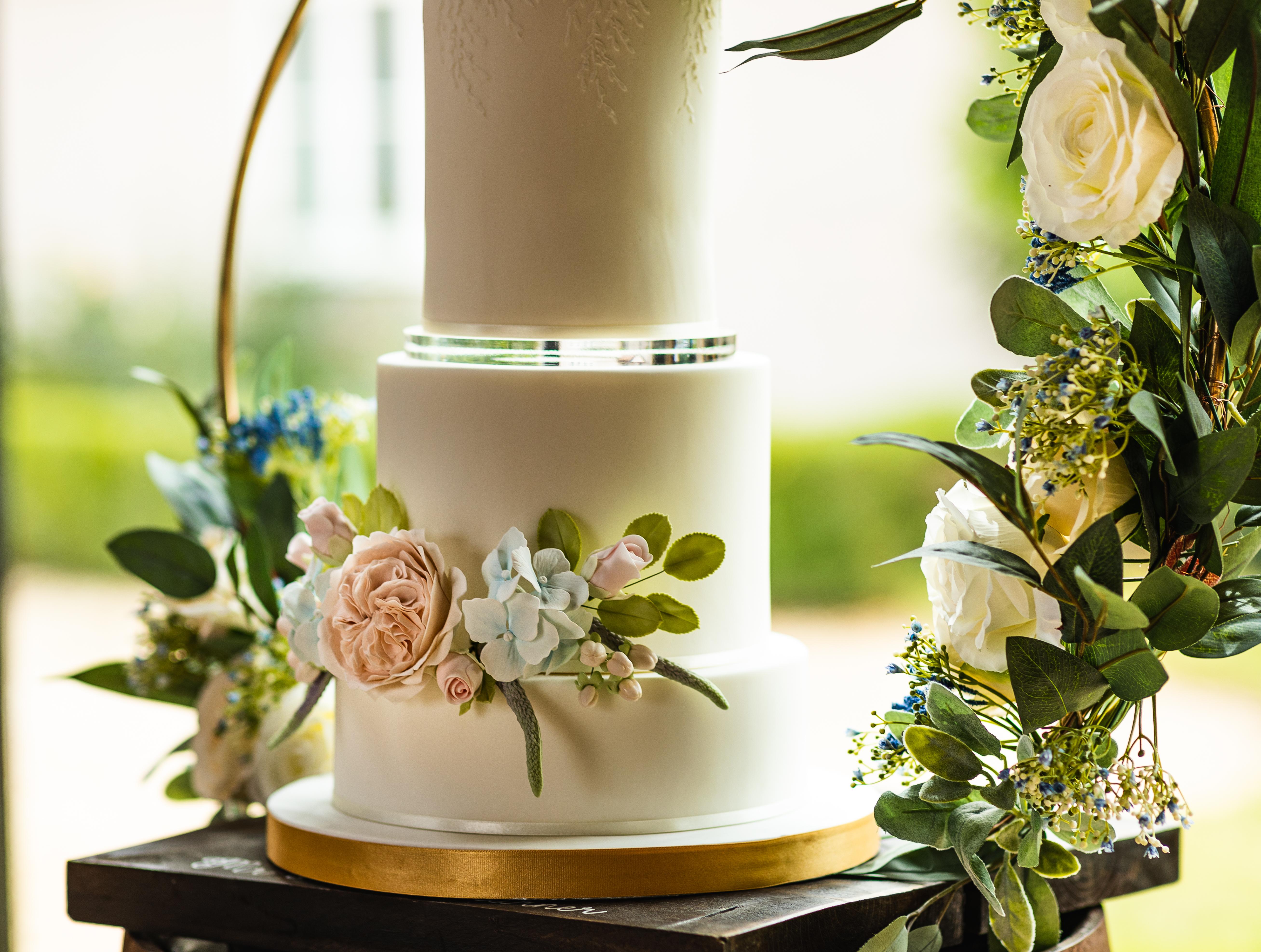Boho Wedding cake   Image by Steve Mulvey Photography