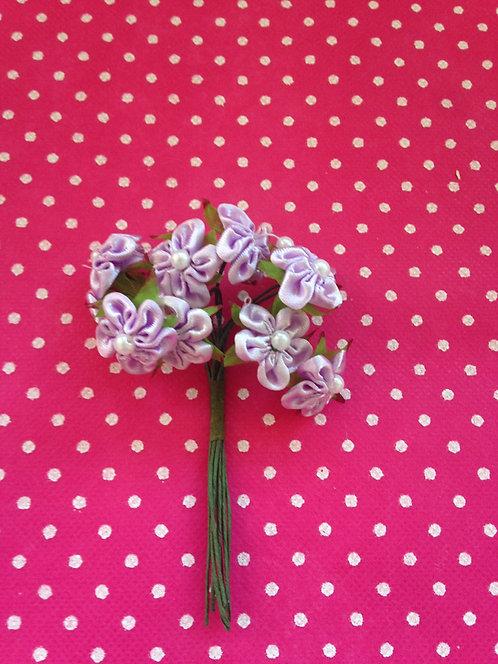 Ljubičasti cvjetovi sa biserima