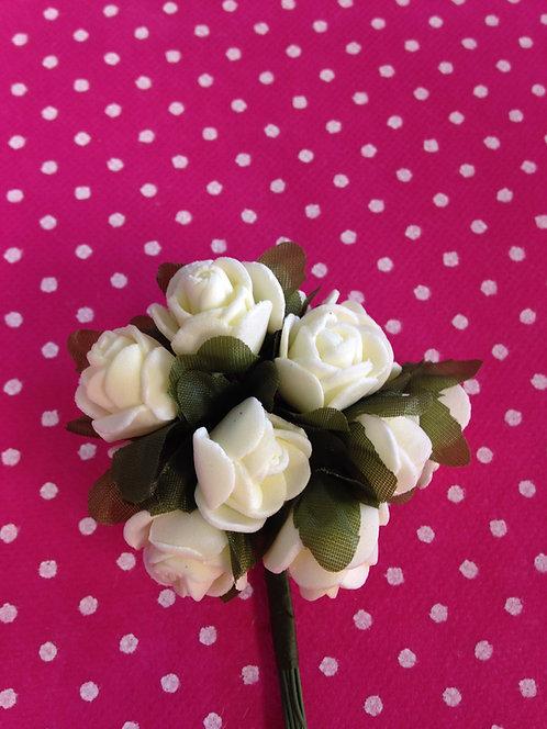 Bijele ružice sa zelenim listovima