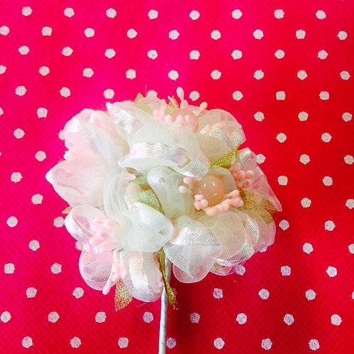 Bijeli cvjetovi sa perlicama