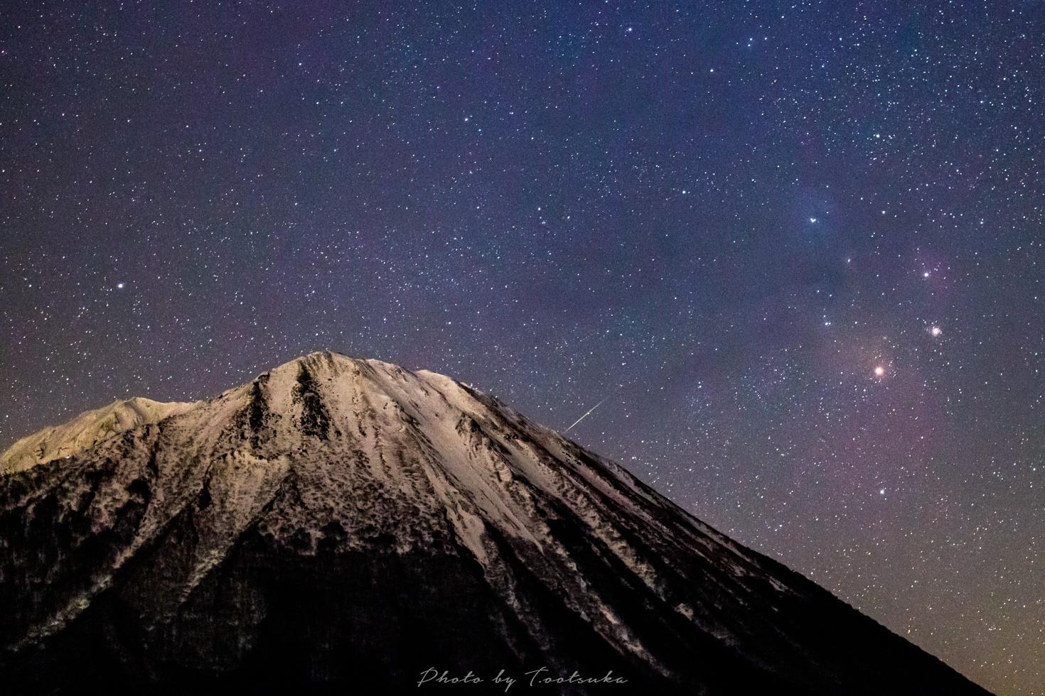 大山とアンタレスに流れ星
