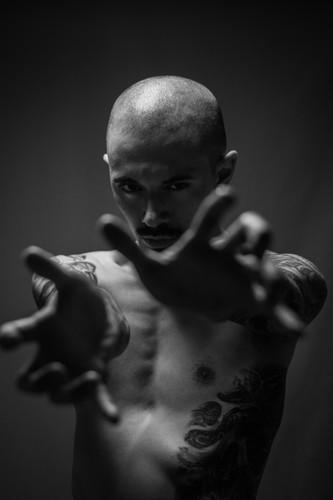 seance photos Homme studio noir et blanc