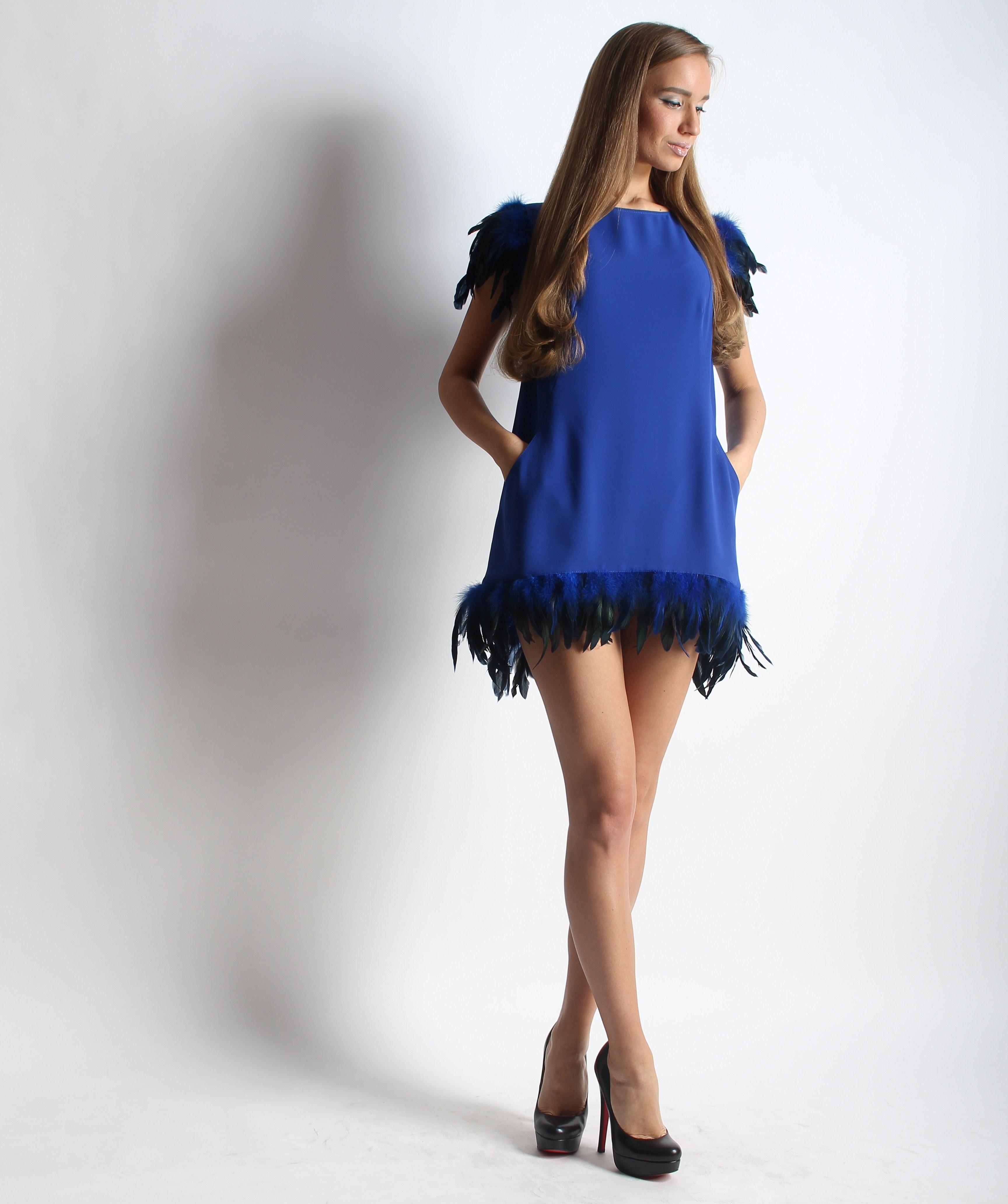 Платье с перьями и карманами