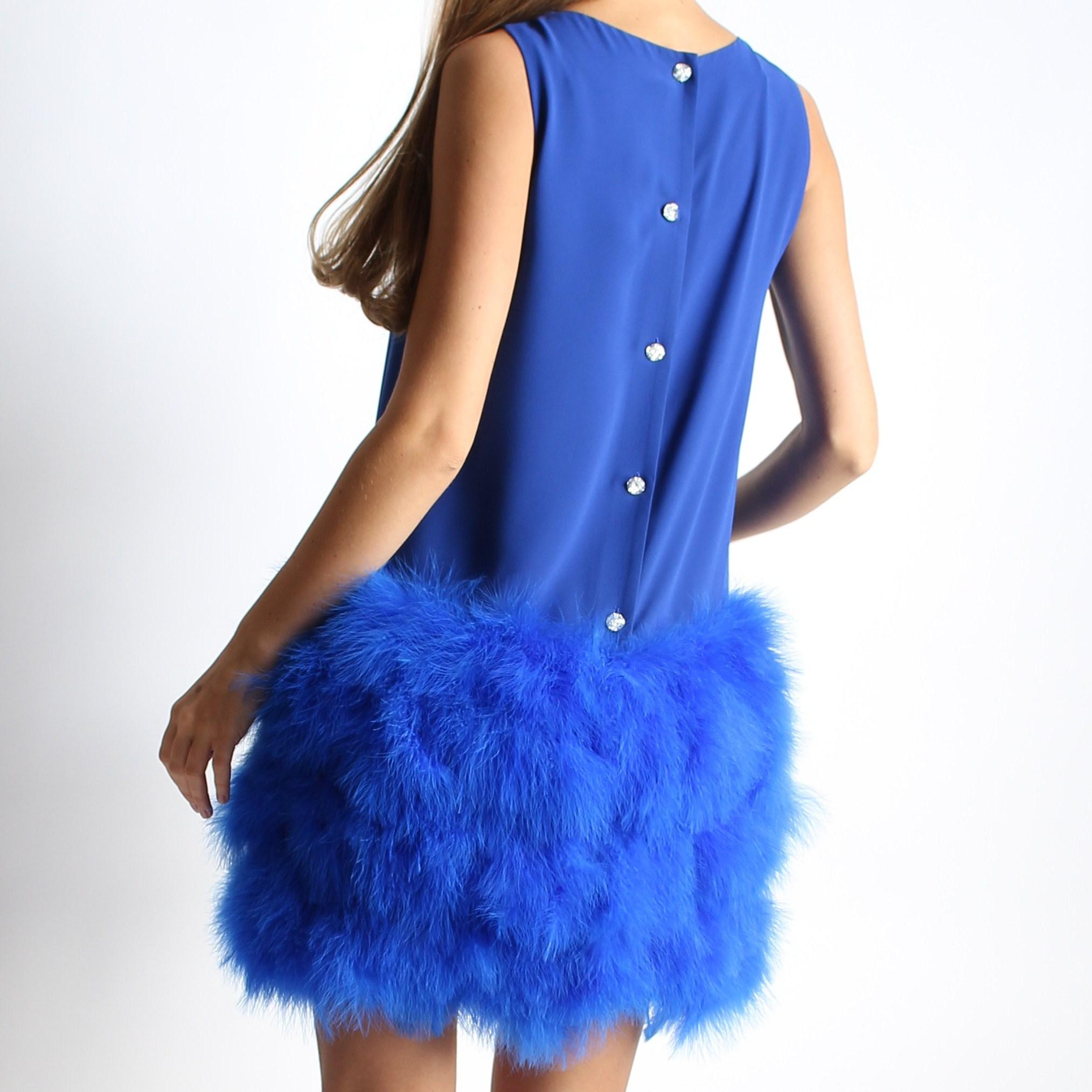 Платье с перьями и бантом
