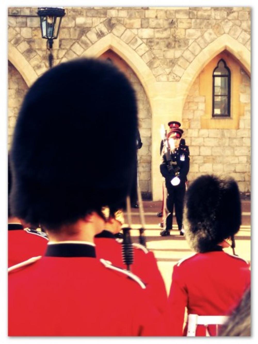 Em Londres, tem uns guardas com chapéu engraçado, que o Theozão vai querer tirar, com certeza. (arquivo pessoal)