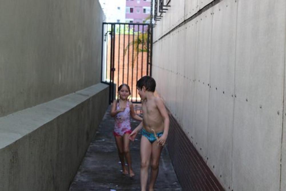 Os dois correndo juntos (vejam a olhada que ele dá pra ver se ela o está seguindo)