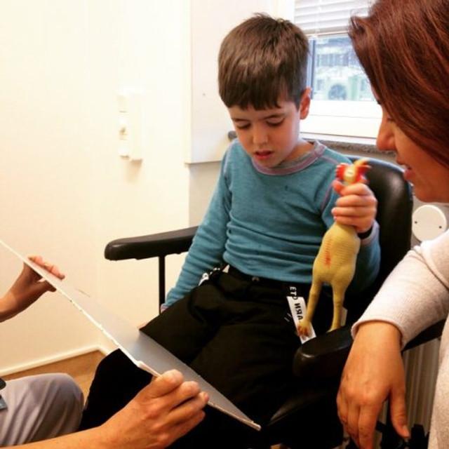Theo em sua primeira consulta ao oftalmo na Suécia