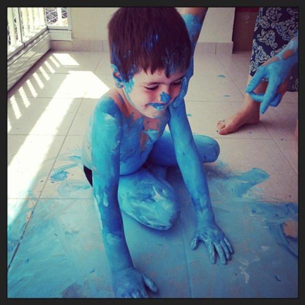 Theo brincando de Avatar...ou Smurf...com a tia Pê