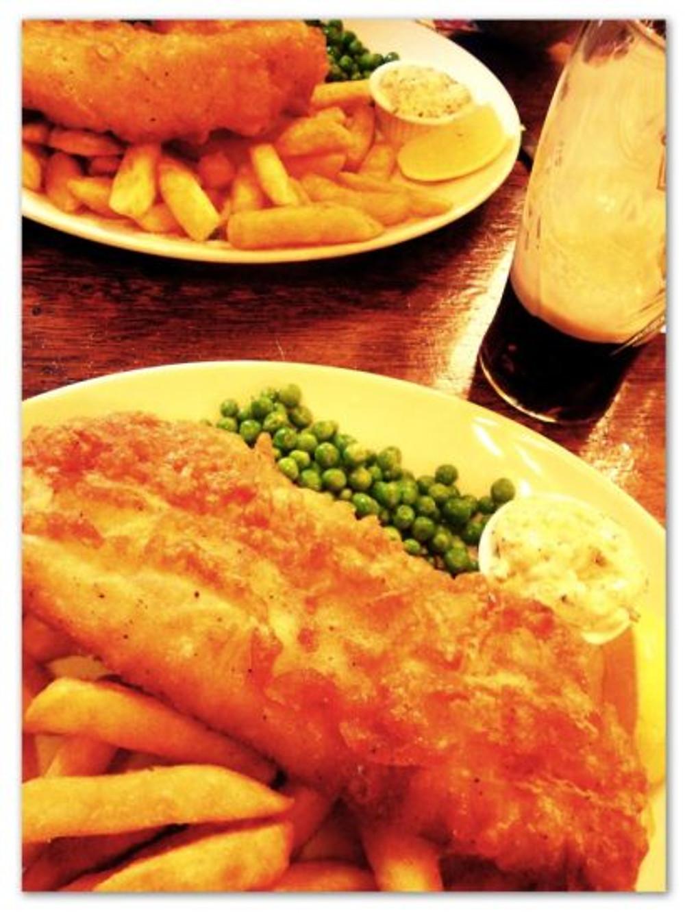 Em Londres, tem batata frita. Com peixe, que o Theo também ama. Aliás, esse é o prato mais tradicional de lá (fish & chips)