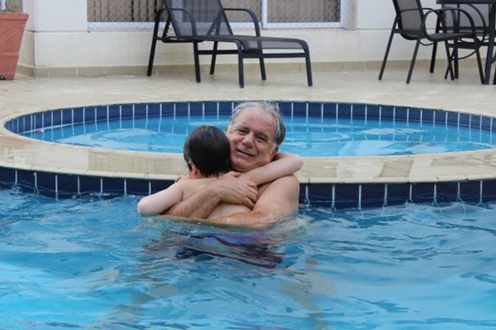 Com o vovô Décio na piscina