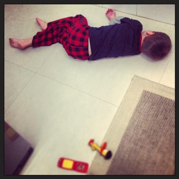 Theo já cochilando no chão da cozinha enquanto eu corria pra fazer a janta (arquivo pessoal)
