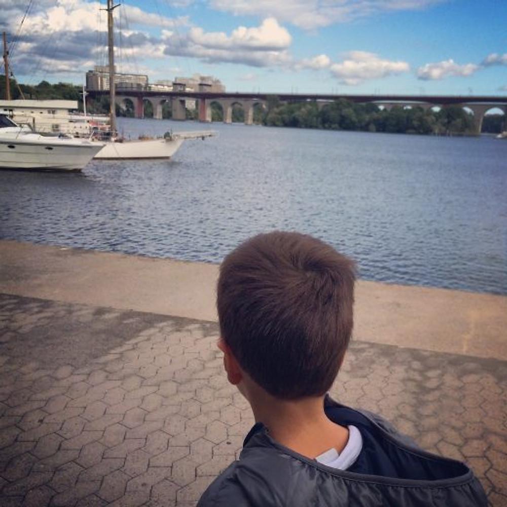 Theozão admirando a água em frente ao trabalho do papai (arquivo pessoal)