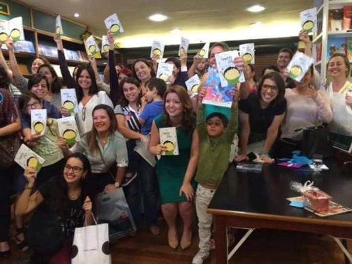 E os cariocas, que lotaram a Livraria Argumento do Leblon e ainda esgotaram os livros?? (quem tirou essa foto, por favor, se manifeste! Veio parar na minha timeline e quero dar os créditos!) :D