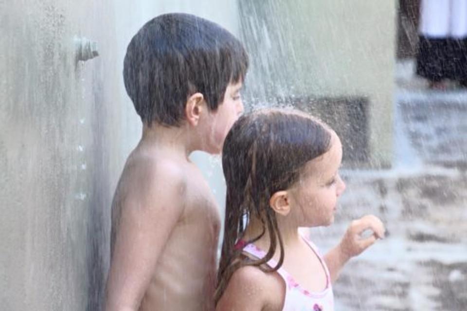 E brincando juntos na água