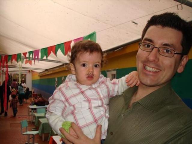 Theo com o pai em sua primeira festa junina na escolinha (arquivo pessoal)