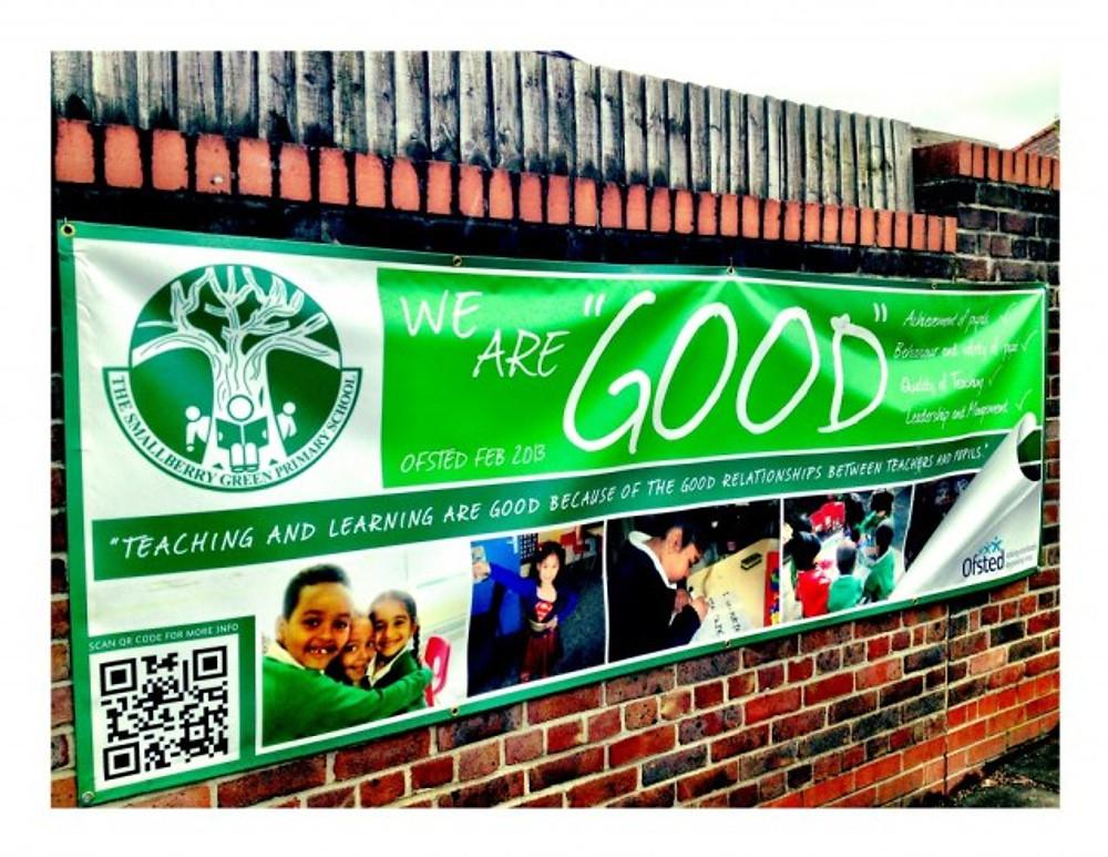 """Esta escola obteve """"good"""" no Ofsted e colocou uma faixa no quarteirão"""