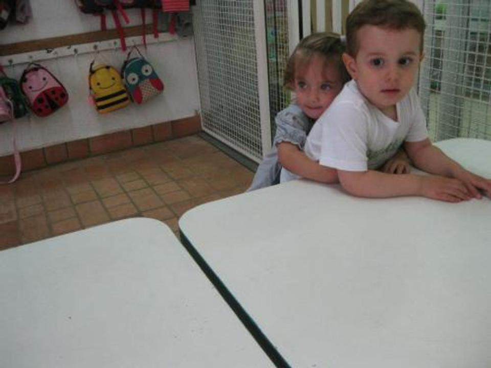Tom, na escola, com sua amiguinha Aurora (arquivo pessoal)