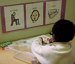 """Para ser colocado na mesinha: """"sente na cadeira"""", """"silêncio"""", """"trabalho"""".  Fonte: http://bit.ly/1BQTyBD"""