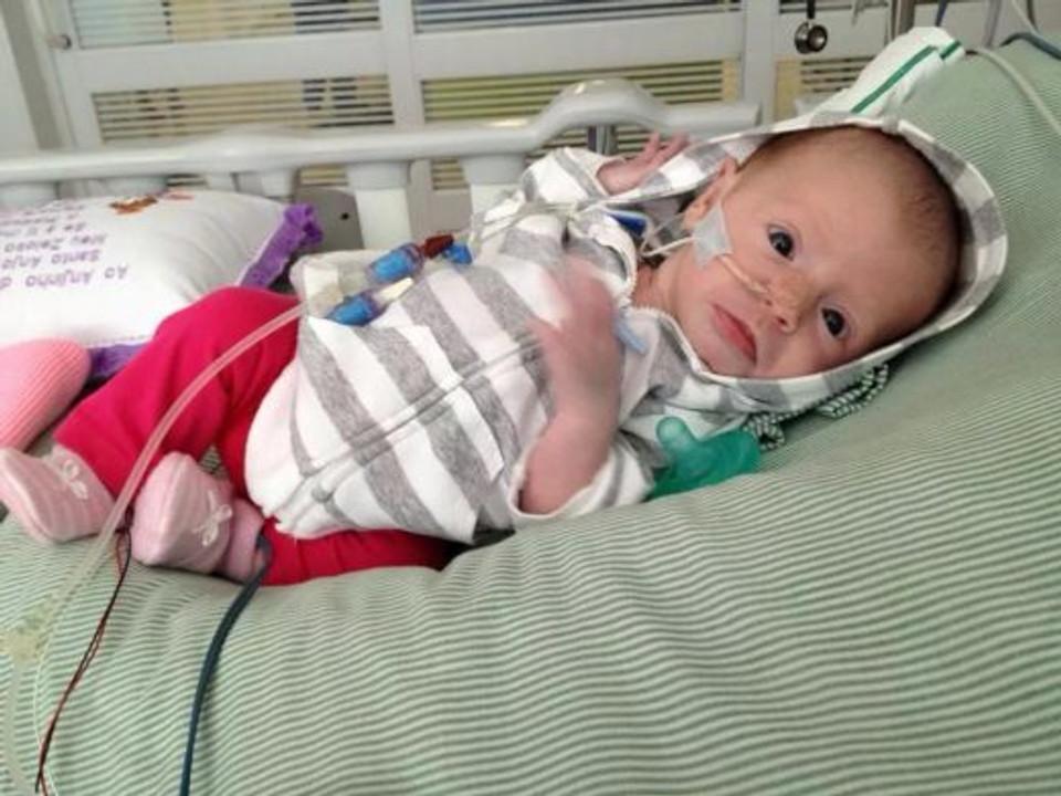 Essa é a Lorena, filha da Bruna Iasi, minha amiga, quando ficou internada por 15 dias na UTI e quase morreu. Acontece que a Lorena tinha só 20 dias e pegou Coqueluche de alguém não imunizado. A história dela vai ser contada em detalhes em um próximo post.