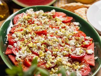Ensalada de tomate, sandía y queso feta con aceite de cúrcuma